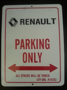 znak RENAULT PARKING ONLY 23x31 cm